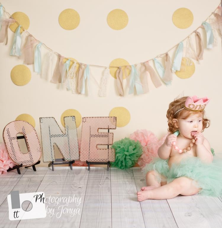 Cute 1st birthday photo idea for girl