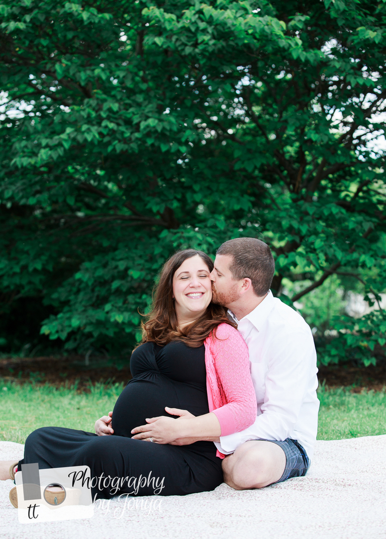 Maternity pose with parents sitting on the ground