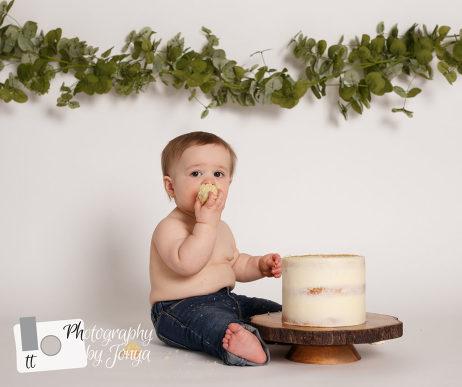 Simple boy cake smash